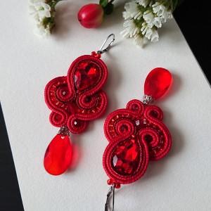 Czerwone kolczyki z kryształowymi zawieszkami