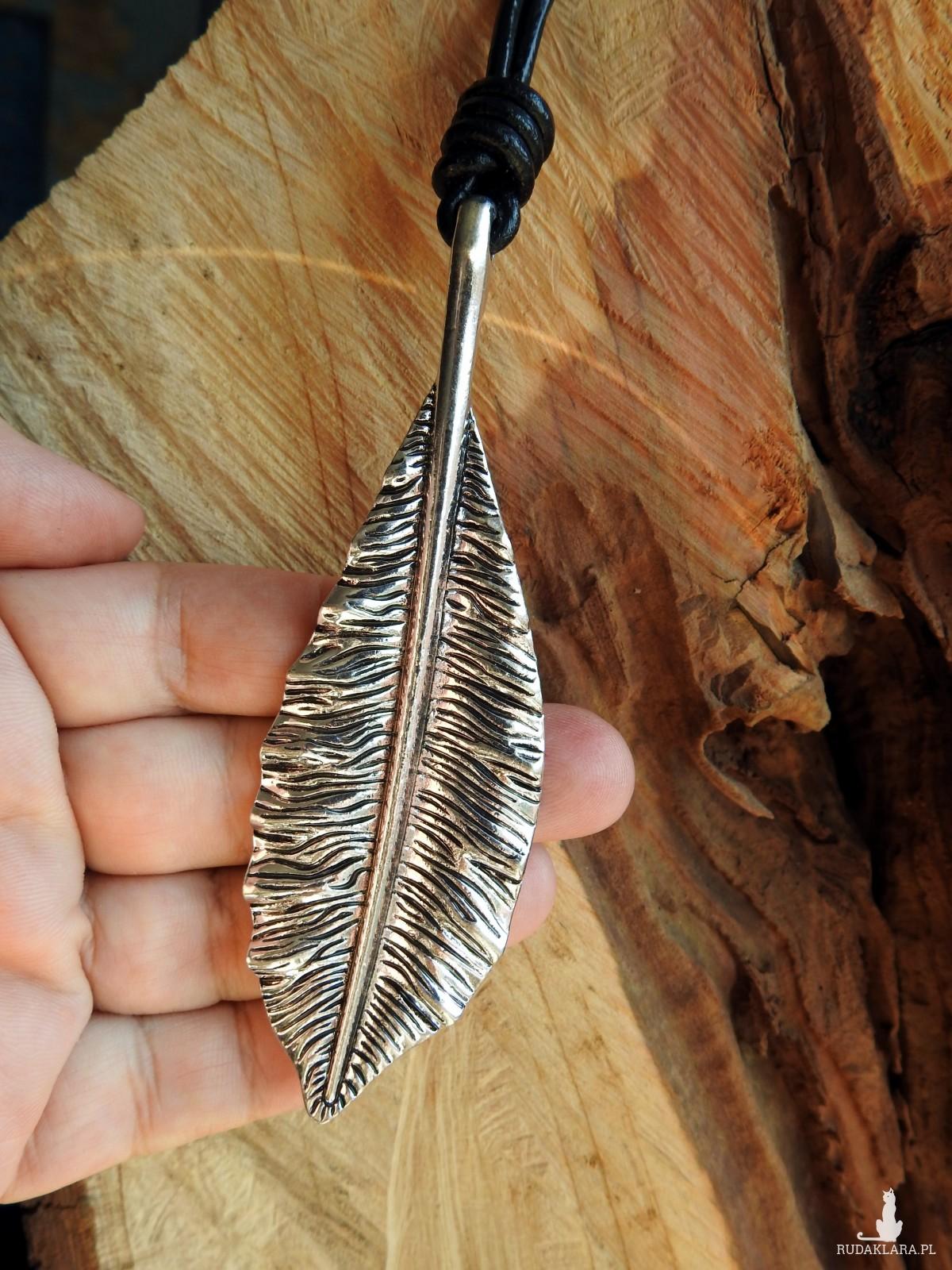 Długi skórzany naszyjnik z zawieszką