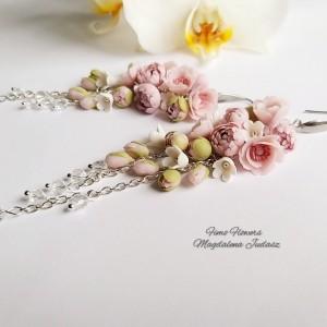 Długie kolczyki z pudrowymi kwiatami