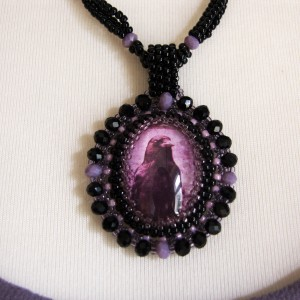Koralikowy naszyjnik w stylu gotyckim z wroną