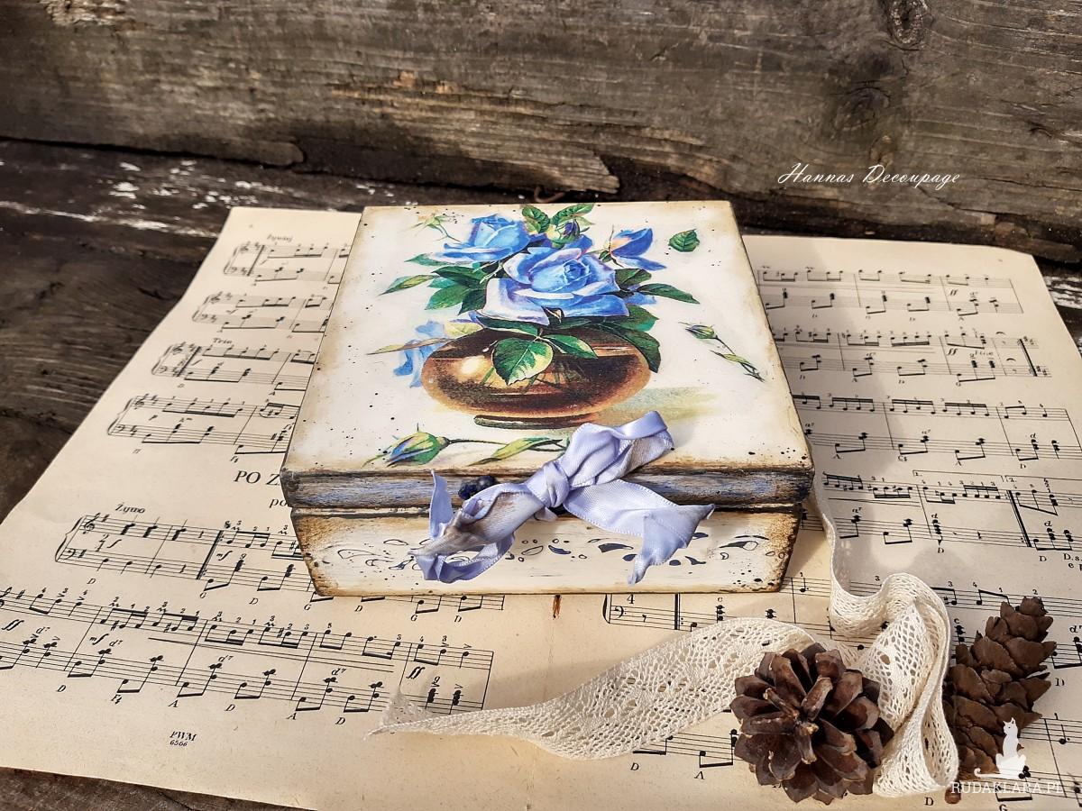 Pudełko z niebieskimi różami