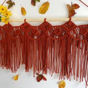 Makrama na ścianę w kolorze ceglastym, dekoracja jesienna