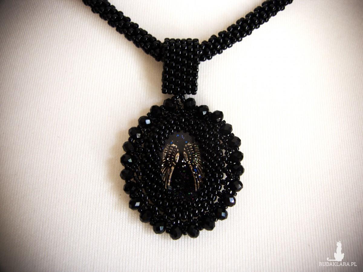 Koralikowy naszyjnik w stylu gotyckim ze skrzydłami