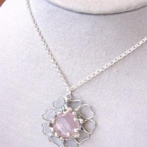 Naszyjnik: kwiat z kwarcem różowym