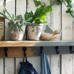 Drewniana, dekoracyjna półka z domkami i wieszakami