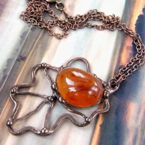Naszyjnik: wisiorek liść dębu z karneolem