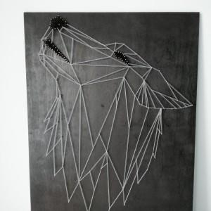 Geometryczny obraz string art wilk