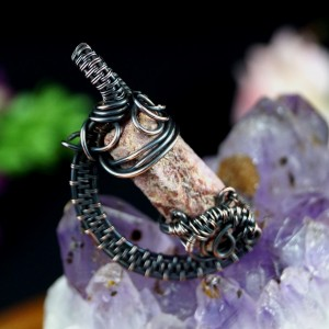 Surowy rubin, Miedziany wisior z bryłką rubinu, ręcznie wykonany, prezent dla niej, prezent dla mamy, prezent urodzinowy, biżuteria autorska