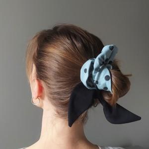 Gumka do włosów (scrunchie) – brudny błękit z czarnymi skrzydełkami