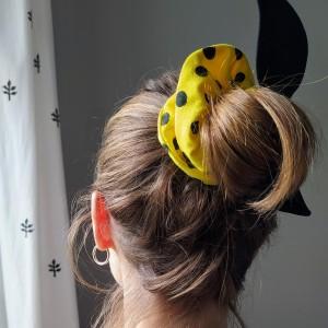 Gumka do włosów (scrunchie) – cytrynowa z czarnymi skrzydełkami