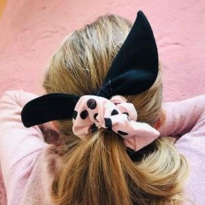 Gumka do włosów (scrunchie) – pudrowy róż z czarnymi skrzydełkami