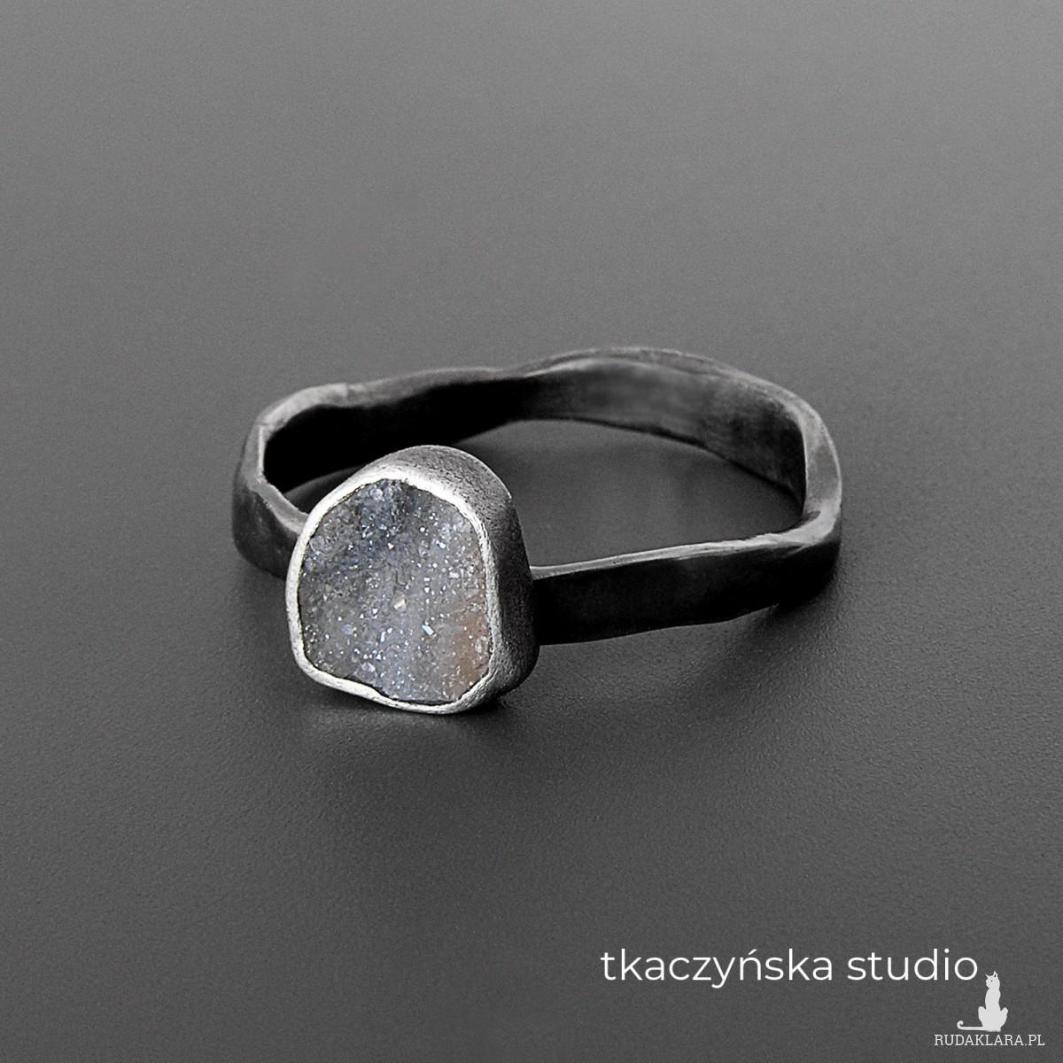 Galaktyka – delikatny pierścionek z druzą chalcedonową, na zamówienie