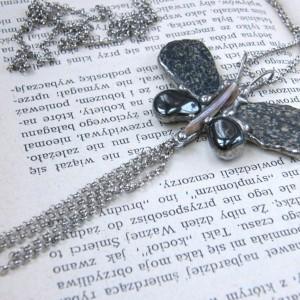 Naszyjnik: Motyl szary z otoczaków