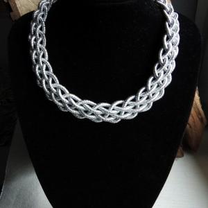 """Naszyjnik """"Pleciony"""" ze sznurka w srebrnym kolorze"""
