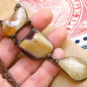Długi wisiorek z łańcuszkiem: w beżowej tonacji z cytrynem