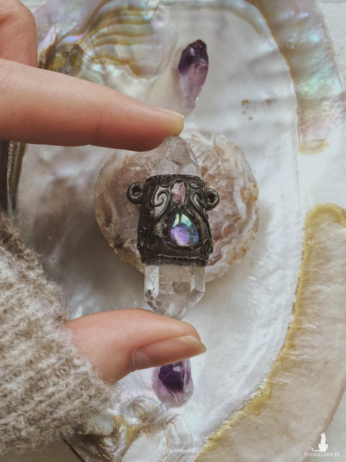 Wyjątkowy kryształ górski z dodatkiem innych minerałów | zawieszka