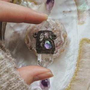 Wyjątkowy kryształ górski z dodatkiem innych minerałów   zawieszka