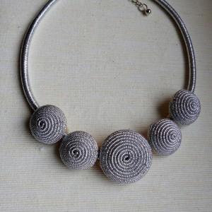 Naszyjnik ze sznurka w srebrnym kolorze
