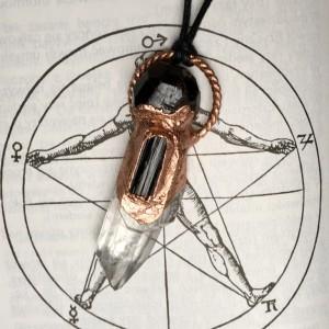 wisior z kryształem górskim, granatem i czarnym turmalinem