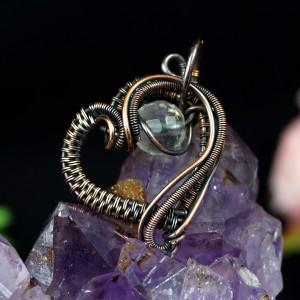 Serduszko z kryształem Miedziany wisiorek w kształcie serduszka, delikatny ręcznie wykonany, prezent dla niej, prezent dla mamy, na urodziny