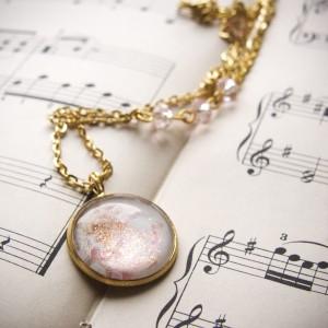 Złoto-biały naszyjnik z ręcznie malowanym szkłem