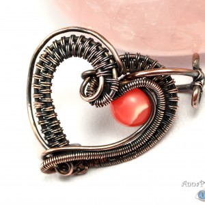 Serduszko z agatem, Miedziany wisiorek w kształcie serduszka, delikatny ręcznie wykonany, prezent dla niej, prezent dla mamy, na urodziny