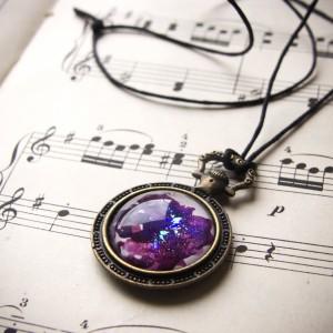 Purpurowy naszyjnik w kształcie kieszonkowego zegarka