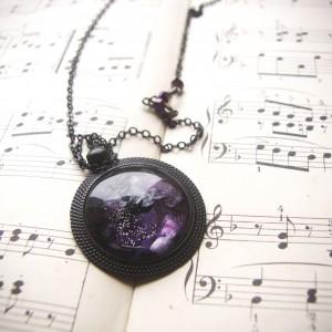 Czarny naszyjnik z fioletowym kosmosem