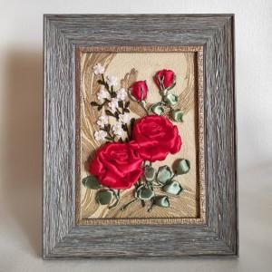 Malowane wstążką czerwone róże