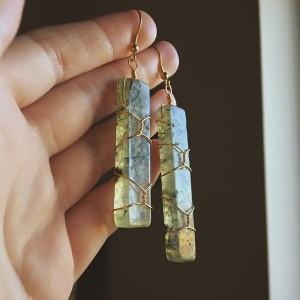 Duże złote kolczyki z frenitem