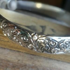 bransoletka w kolorze srebrnym metalowa
