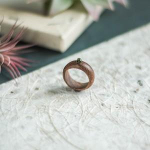 Amarantowy pierścionek z obsydianem srebrzystym