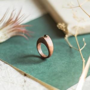 Elegancki drewniany pierścionek z peridotem