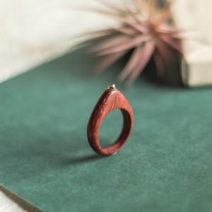 Czerwony pierścionek z peridotem