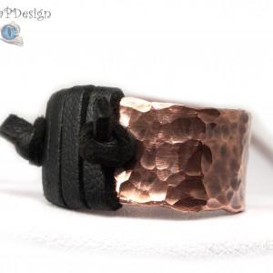 Miedziany pierścionek ze skórzanym czarnym rzemieniem, ręcznie wykonany, prezent dla niej prezent dla niego, prezent biżuteria autorska