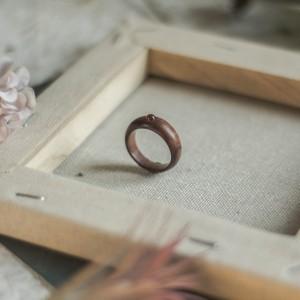 Prosty drewniany pierścionek z karneolem