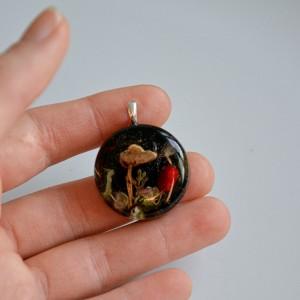 Srebrny wisiorek, zawieszka z grzybem. Biżuteria z kwiatów