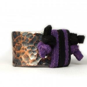 Miedziany pierścionek ze skórzanym czarnym i fioletowym  rzemieniem, ręcznie wykonany, prezent dla niej prezent dla niego, prezent biżuteria autorska