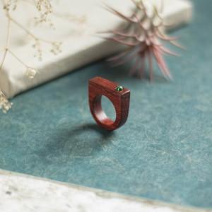 Kontrastowy pierścionek z malachitem