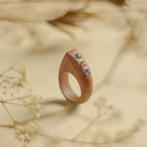 Asymetryczny pierścionek z labradorytami