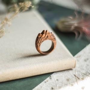 Drewniany pierścionek z motywem gór