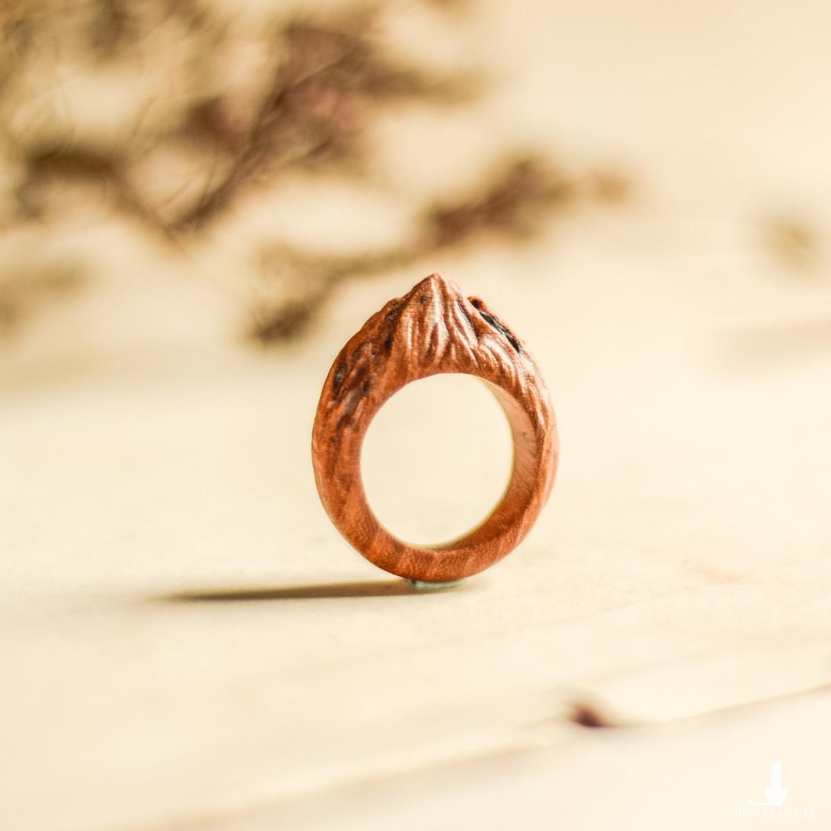 Drewniany pierścionek z motywem góry