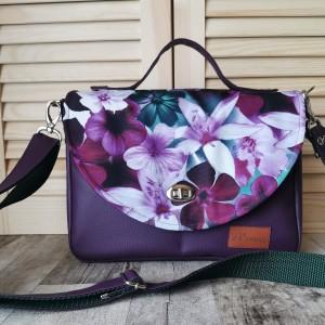 Torebka listonoszka z klapką ekoskóra - fioletowe kwiaty