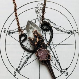 szamański wisior z kryształem górskim i rubinem