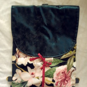 Czarny plecak w kwiaty ze skórzaną klapą