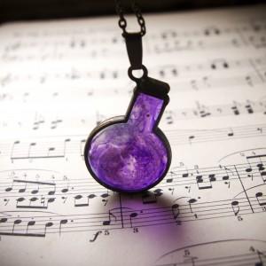 Naszyjnik  - fioletowa buteleczka z magicznym eliksirem