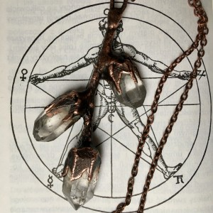 miedziany naszyjnik gałązka z kryształem górskim