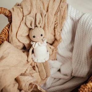 maskotka królik na szydełku beżowy