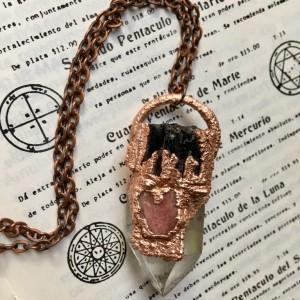 kryształ górski z turmalinem i rubinem wisiorek