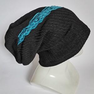 Czarna czapka z niebieska koronką